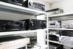 отдел по ресиверам/усилителям: стеллаж готовой аппаратуры